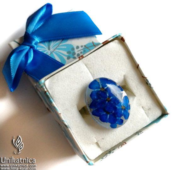 Cvetlični prstan s pravimi cvetovi gozdnih spominčic