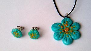 """Unikaten nakit - ročno izdelan komplet: obesek in uhani z zapenjanjem """"metuljčki"""" v turkizni barvi, ki je hit letošnjega leta."""