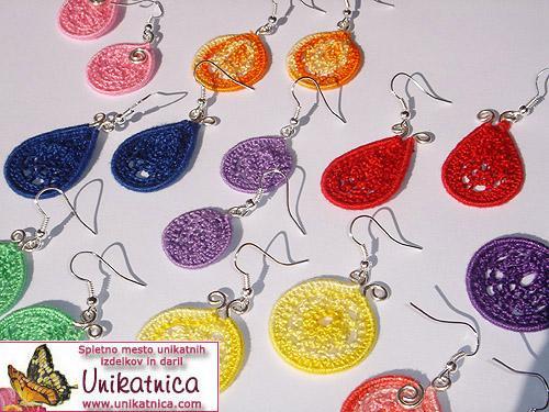 Kvačkani uhani pisanih barv in oblik za različne priložnosti