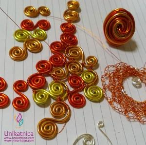 Fotoreportaža iz ustvarjalne delavnice izdelave nakita iz žice v Zagradcu - 24. 5. 2014 - Iz spiral iz žice je nastajala pred našimiočmitudi prečudovita zapestnica.