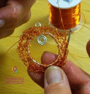 Fotoreportaža iz ustvarjalne delavnice izdelave nakita iz žice v Zagradcu - 24. 5. 2014 - Še malo, pa bodo dokončani.