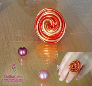 Fotoreportaža iz ustvarjalne delavnice izdelave nakita iz žice v Zagradcu - 24. 5. 2014 - Ta čudovit prstan v obliki spirale je precej zahteven za izdelavo, saj je potrebno žičke ukriviti tako, da se ne vidi, kje se začnejo in kje končajo, hkrati pa prstan ne sme zbadati v prst.