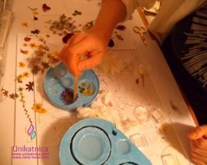 cPostopki izdelave cveltičnega nakita - rožice je potrebno vdelati v smolo