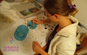 Postopki izdelave cvetličnega nakita - rožice je potrebno pravilno namestiti, da bo končni izdelek lepo izgledal.