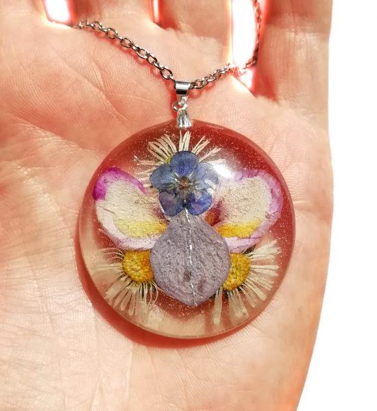 Angelsko vilinska ogrlica s cvetnimi lističi in cvetovi orhideje in hortenzije