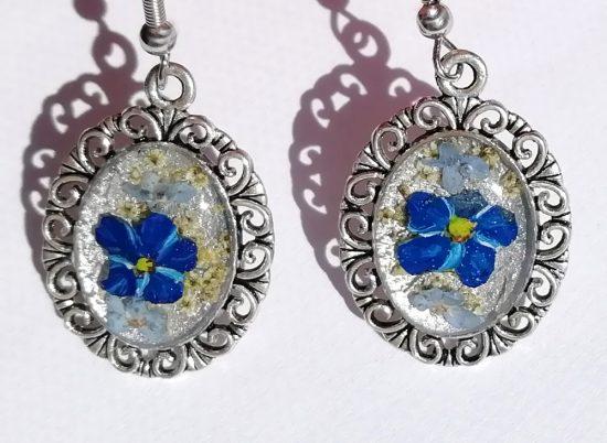 Cvetlični uhani s cvetovi modre gozdne in tranviške spominčice