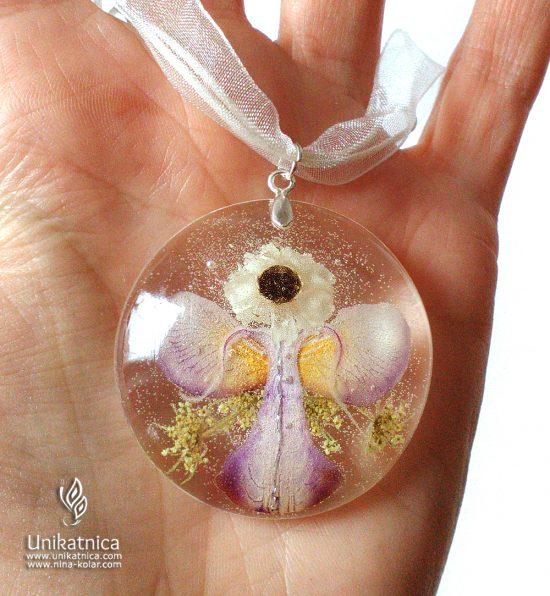 Angelsko vilinska ogrlica s cvetnimi lističi in cvetovi orhideje in amobiuma - orhideja je, poleg sončnic, roža, ki naj si jo izberejo ljudje, rojeni v horoskop znaku Leva.