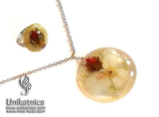 Angelsko vilinska ogrlica s cvetnimi lističi in cvetovi orhideje ter vrtnice - Orhideja je roža, ki poleg sončnic ustreza horoskop znaku LEVA, VRTNICA pa je roža, ki ustreza horoskop znaku BIKA in ŠKORPIJONA.