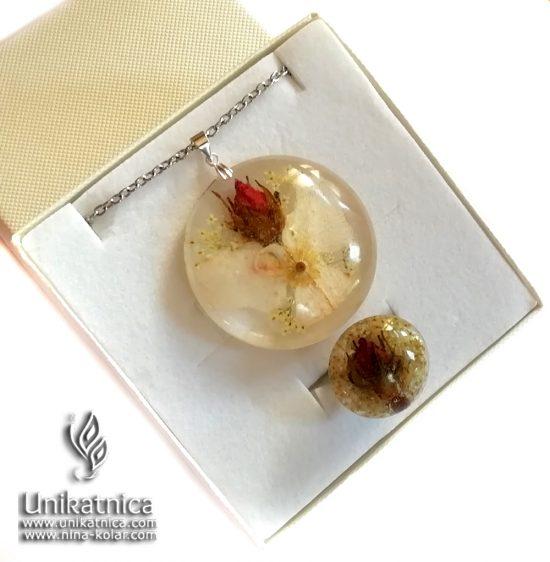 Angelsko vilinska ogrlica s cvetom in cvetnimi lističi divje in domače vrtnice - rdeča vrtnica je cvet, ki naj si ga izberejo ljudje, rojeni v horoskop znaku Škorpijona.