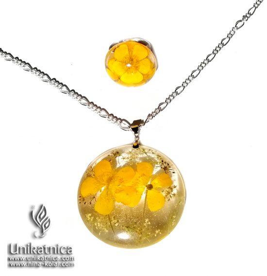 Cvetlična ogrlica s cvetovi prave travniške zlatice - ZLATICE so rože, ki ustrezajo OVNOMm rdeče vijolične krizanteme - krizantema je, poleg zlatice, ivanjščice ter marjetice cvet, ki ustreza horoskop znaku Device.