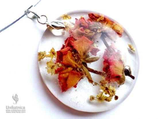 Cvetlična ogrlica s pravimi cvetovi mini vrtnice in bezga - VRTNICA je roža, ki ustreza horoskop znaku ŠKORPIJONA