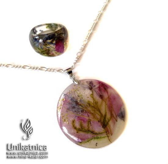 Ogrlica in DARILO (prstan) s cvetnimi lističi ORHIDEJE, ki os rože DD, dvolistno morsko čebulico, gozdnim mahom.