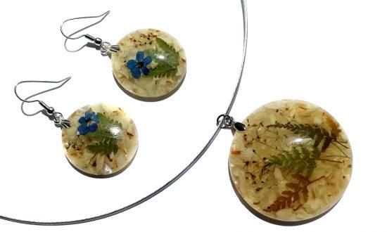 Uhani in DARILO - ogrlica s pravimi cvetovi gozdne psominčice, oraoritjo in cvetnimi lističi AMOBIUMA. Modra barva je barva ljudi, rojenih v horoskop znaku STRELCA.