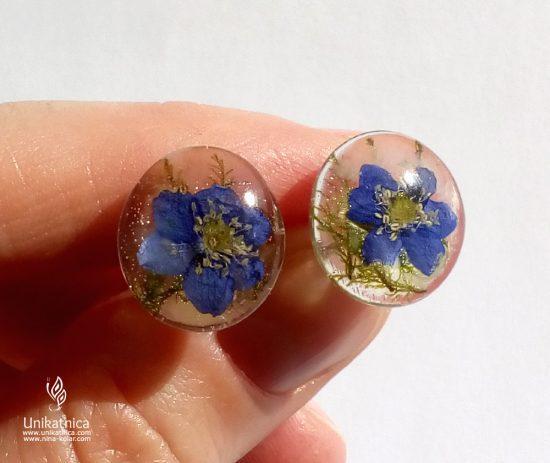 Iz sveže, pomladne kolekcije cvetličnega nakita: cvetlični uhani z jetrnikom in gozdnim mahom