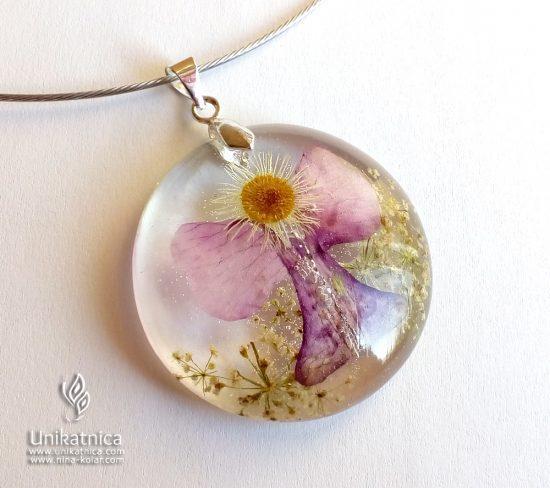 Angelsko vilinska cvetlična ogrlica iz pravega cvetja, ki sem jo, lično zapairano v darilno škatlico, opremila še s posebno zgodbo, v katero je zavito unikatno sporočilo, namenjeno njeni prejemnici.