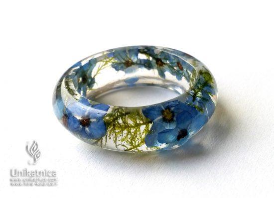 Torilnice - gozdne psominčice in gozdni mah v cvetličnem prstanu iz nove pomladne kolekcije cvetličnega nakita