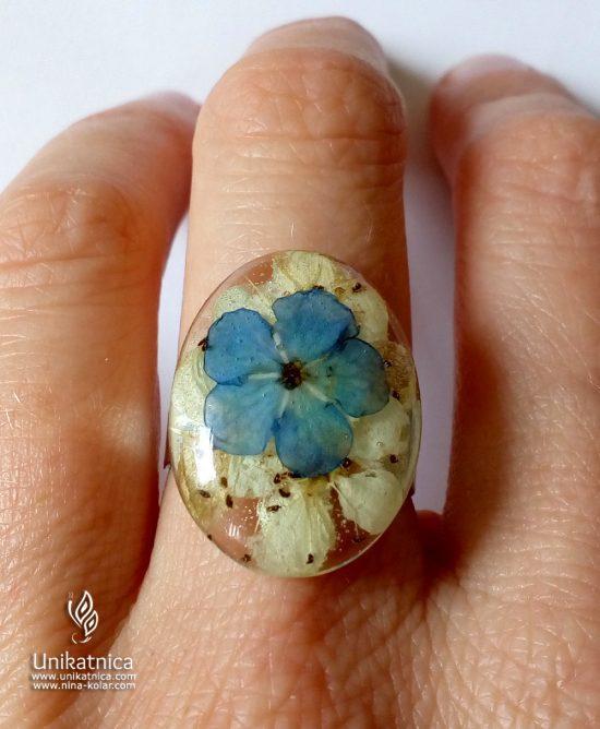 Torilnica - gozdna spominčica in beli cvetovi pomladnega golga - cveltični prstan iz nove pomladne kolekcije cvetličnega nakita