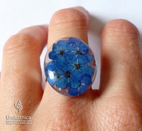 Torilnice - gozdne spominčice v cvetličnem prstanu iz nove pomladne kolekcije cvetličnega nakita