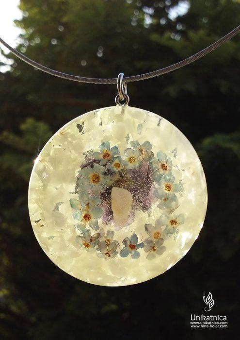 Ogrlica s cvetjem in mlečnim zobkom
