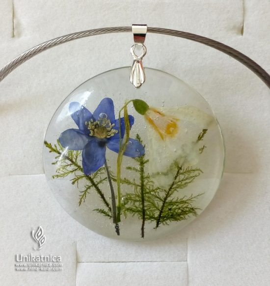 Cvetlična ogrlica iz zdravju prijazne smole in vdelanimi cvetovi jetrnika, zvončka in gozdnega maha.
